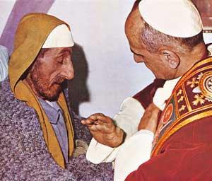 Pablo VI visita a un enfermo en Jerusalén