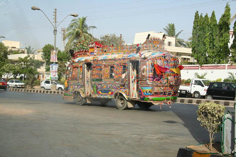 Arte dos coloridos caminhões paquistaneses 10