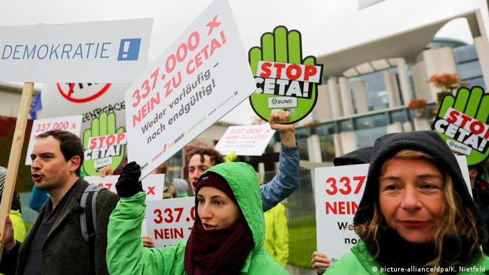 Berlin Anti-Ceta-Protest (picture-alliance/dpa/K. Nietfeld)
