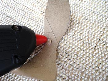 Use a cola quente para unir as pétalas