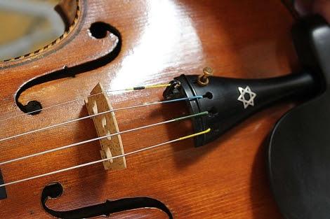 Uno de los violines expuestos en Sion. MÁS FOTOS | Meritxell Mir