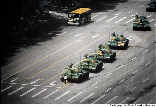 Um homem solitário enfrenta os tanques da praça da Paz Celestial
