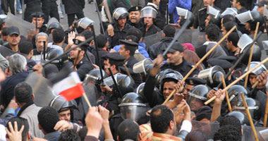 الأمن يشتبك مع المتظاهرين أمام مقر الحزب الوطنى