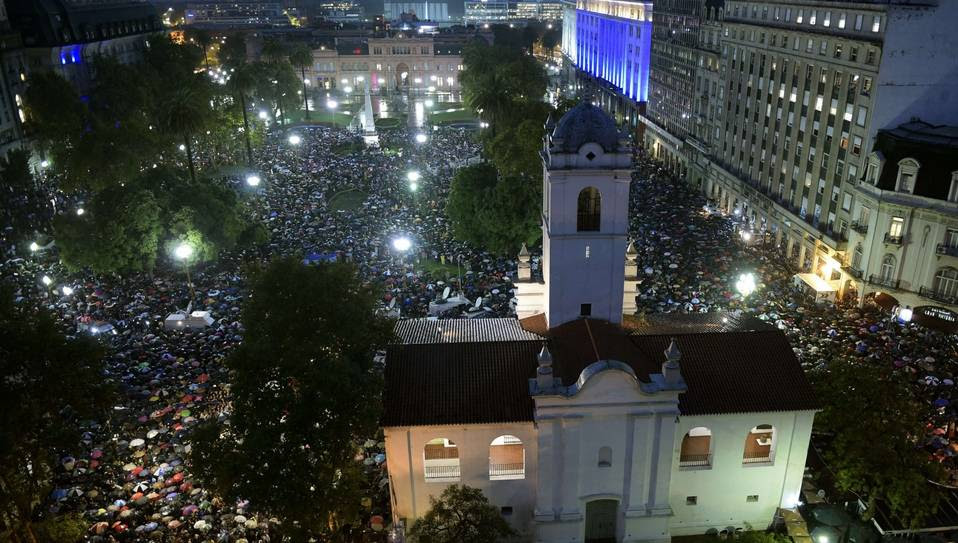 Paraguas. Bajo la lluvia la multitud hizo un minuto de silencio frente al Cabildo antes de entonar el Himno Nacional en el cierre de la marcha por Nisman. AFP