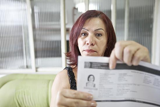 Vanda Maria mostra impressão do registro da candidatura