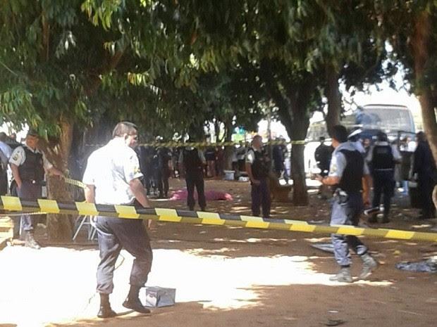Área na Feira do Rolo isolada por policiais militares do DF após morte de adolescente de 16 anos; garoto foi atingido com seis tiros (Foto: Polícia Militar/Divulgação)