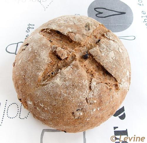 Speltbrood met roggedesem, rozijnen, noten en koekkruiden