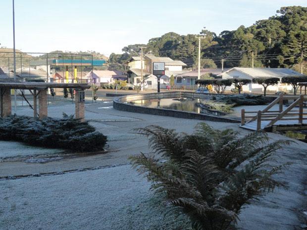 Praça Cebtral de Urupema (SC) com vegetação congelada (Foto: Marília Oliveira/Divulgação/ Prefeitura de Urupema)