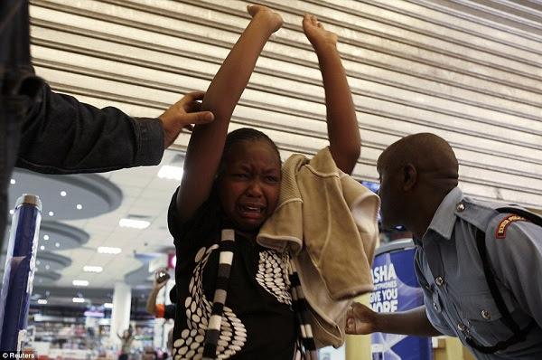 Mwanamke akilia kwa woga baada ya kuokolewa na askari