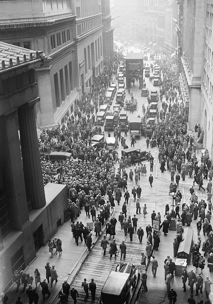 File:Crowd outside nyse.jpg