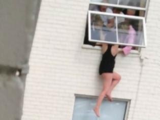 Φωτογραφία για Γυναίκα προσπαθεί να πέσει από παράθυρο του τρίτου ορόφου!