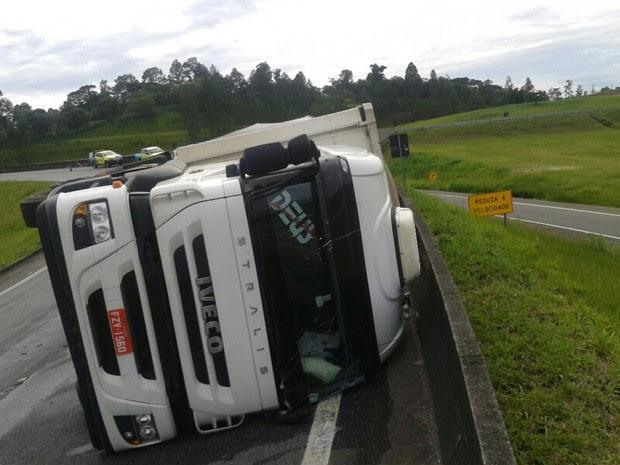 Caminhão tomba na alça de acesso à Dutra (Foto: Tamires Gomes/VanguardaRepórter)