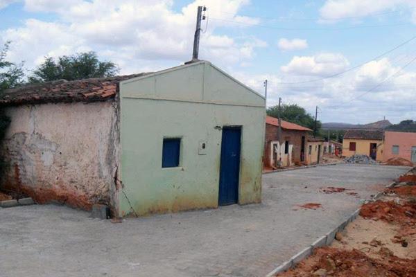 Após obras de pavimentação, casa ficou no meio de uma pista. (Foto: Romulo Rebelo/Canudos.Net)