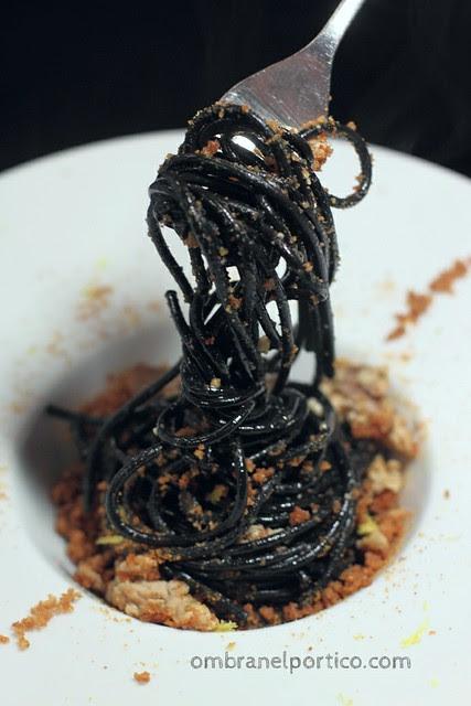 Spaghetti neri con fegato di baccalà, bottarga e pane fritto