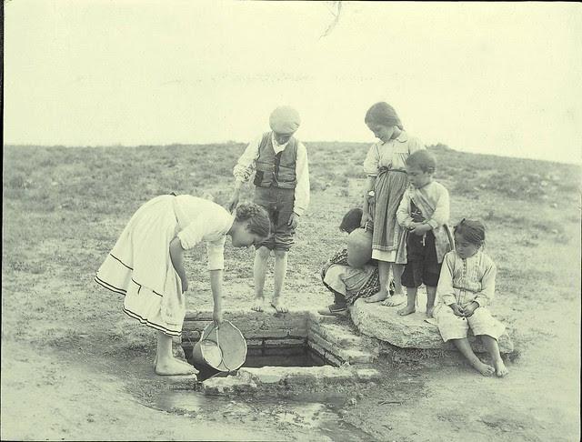 Niños cogen agua en la Pozuela a comienzos del siglo XX. Fotografía de Pedro Román Martínez. Centro de Estudios Juan de Mariana. Diputación de Toledo