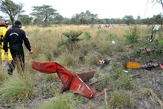 Equipe de resgate inspeciona restos de helicóptero que carregava presidenciável Lino Oviedo e caiu no sábado (2)