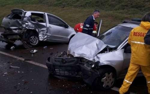 Carreta e dois carros se envolvem em acidente na BR-277