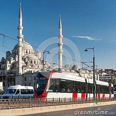 Γύροι σύγχρονοι τραμ πέρα από τη γέφυρα Galata στη Ιστανμπούλ, Τουρκία Εκδοτική Φωτογραφία