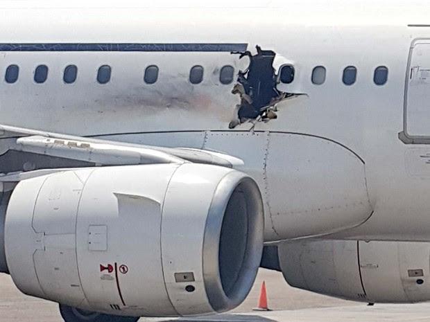 Explosão abriu buraco em avião da Daallo Airlines que fez pouso de emergência em aeroporto da Somália (Foto: AP Photo)