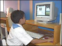 Cubanos utilizando computadoras