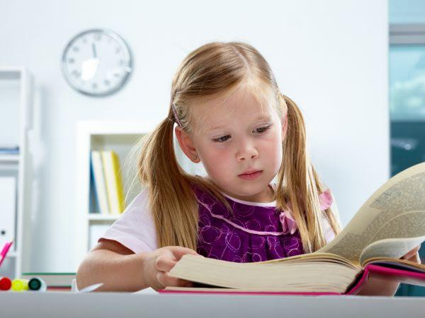 niña pequeña estudiando. Tecnicas de lectura