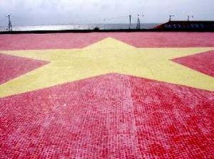 Lá cờ Việt Nam bằng gốm ở quần đảo Trường Sa