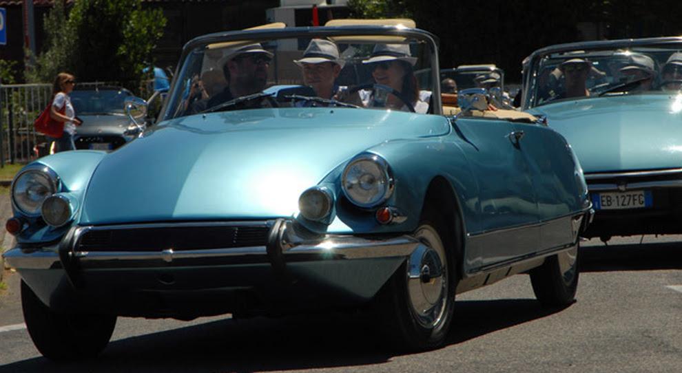 Una DS cabrio in giro per le strade di Roma