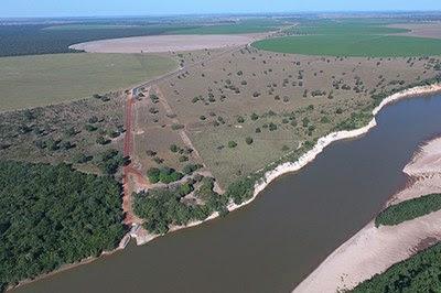 Foto aérea da fazenda às margens do Rio Araguaia onde se vê irrigação por pivô central