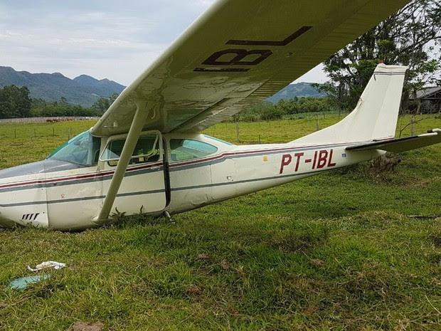 Aeronave fez pouso forçado na Grande Florianópolis (Foto: Polícia Militar/Divulgação)