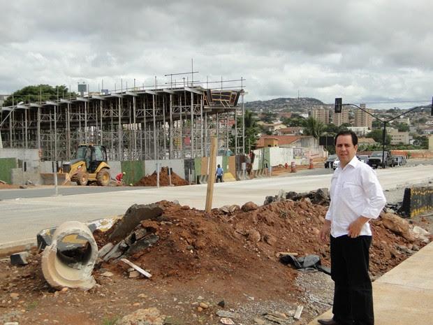 Engenheiro mostra obra do Move na Avenida vilarinho (Foto: Pedro Triginelli/G1)