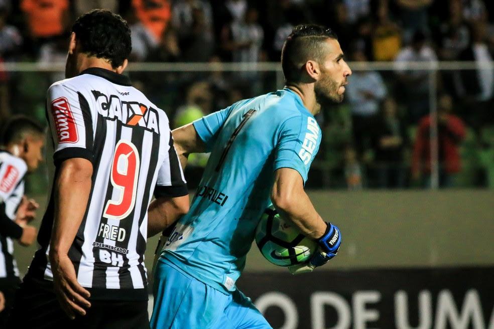 Vanderlei defendeu pênalti de Fred no jogo contra o Santos (Foto: Dudu Macedo / Estadão Conteúdo)