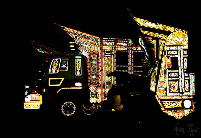 Arte dos coloridos caminhões paquistaneses 19