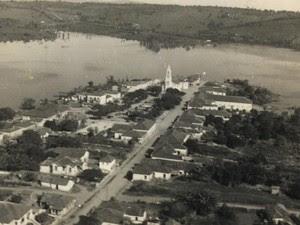 Foto mostra Guapé sendo tomada pelas águas do reservatório de Furnas (Foto: Arquivo Prefeitura Municipal de Guapé)