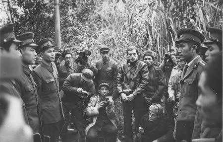 Các phóng viên báo chí chứng kiến sự trao trả tù binh tại biên giới Việt - Trung