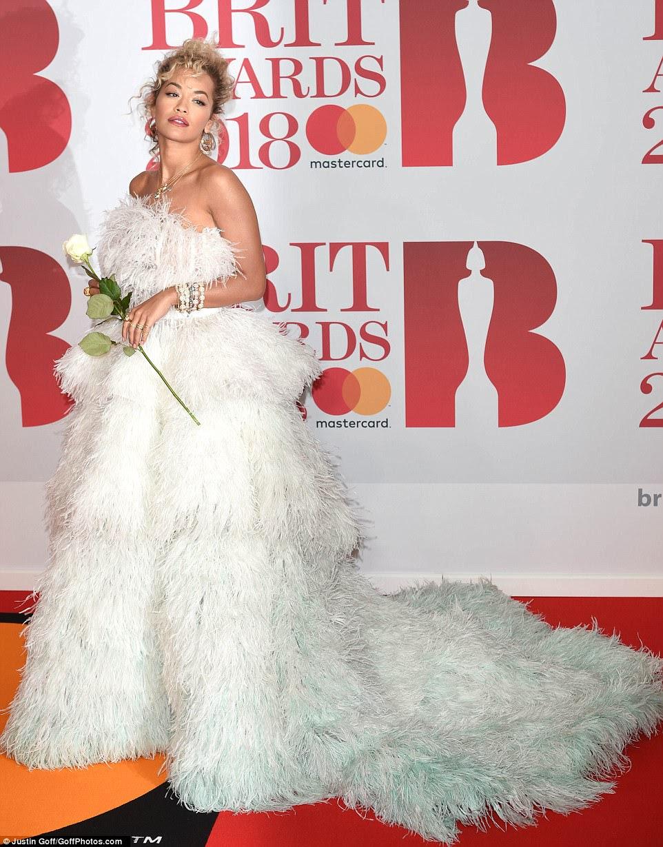 Showstopper: o vestido opaco de Rita se curvou no minúsculo entupimento antes de cair em um trem em camadas e ela completou o olhar com uma infinidade de dramáticas jóias de prata