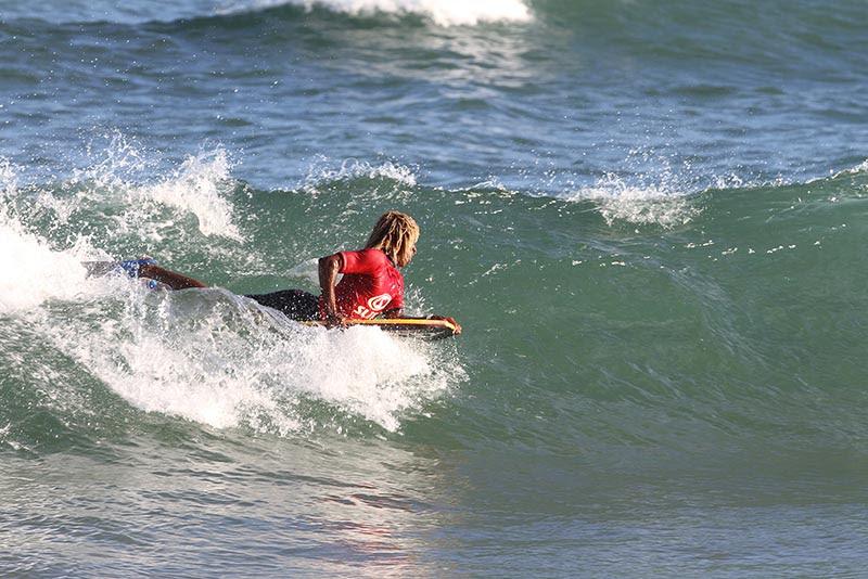um atleta fazendo surf