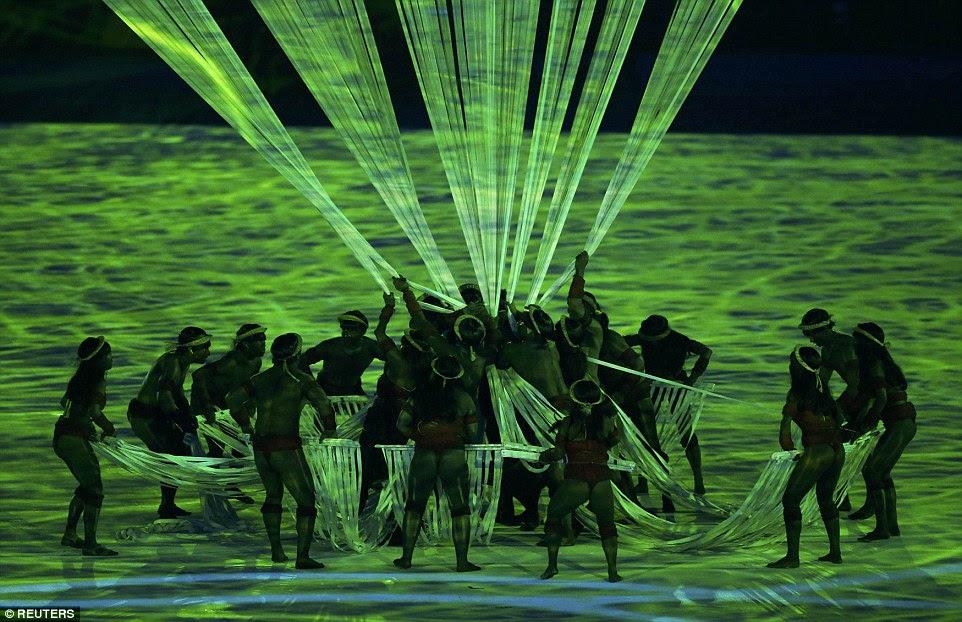 O estádio tornou-se um assoalho da floresta e as pessoas das tribos nativas do Brasil, no tradicional vestido, realizaram uma dança coreografada com as luzes de fibra óptica para recriar a arte tribal.