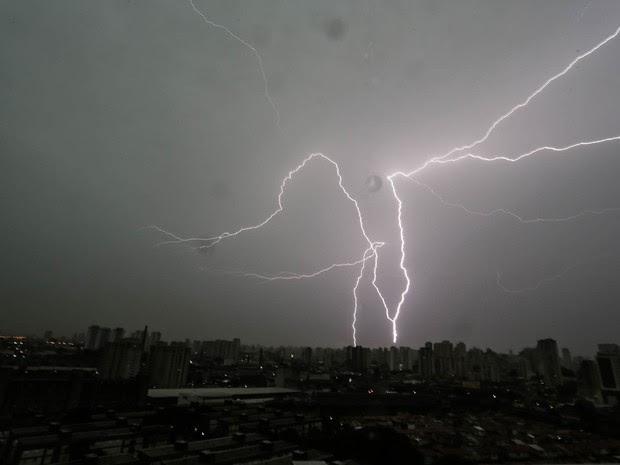 Raios e relâmpagos cortam o céu na região da Lapa, na Zona Oeste de São Paulo (Foto: André Lucas Almeida/Futura Press/Estadão Conteúdo)
