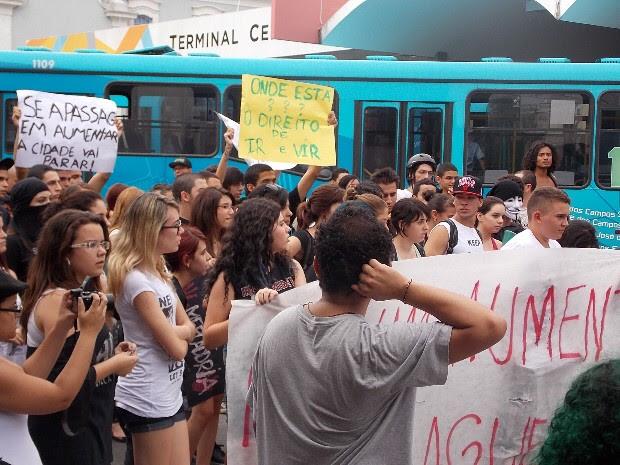 Manifestação passou em frente ao terminal central da cidade. (Foto: Débora Carvalho/G1)