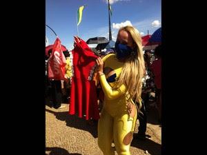 MC Bandida (Valeria Santana), de 28 anos, veio do Varjão, no DF, para entregar um vestido vermelho de presente a presidente Dillma. 'É um presente de boas vindas para ela', afirmou (Foto: Fábio Amato/G1)
