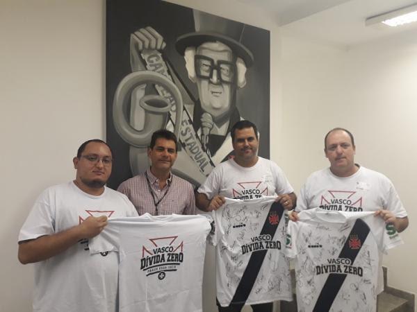 Integrantes da campanha recebem as sagradas camisas do Vasco pelas mão do Diretor Executivo de Marketing sr. Carlos Costa