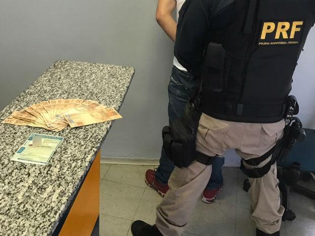 Chinês é preso ao tentar subornar policiais na Dutra em Jacareí (Foto: Divulgação/PRF)