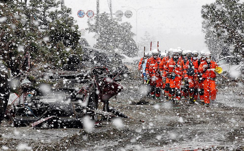 Спасатели и снегопад в Сендае