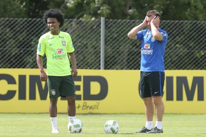 Willian e Dunga treino seleção brasileira (Foto: Lucas Figueiredo / MoWA Press)