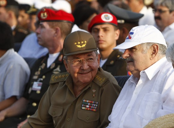 Raúl y Mujica en el  Acto por el Aniversario 60 del Asalto al Cuartel Moncada. Foto: Ismael Francisco/ Cubadebate