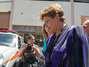 Presidente Dilma Rousseff chora no local onde os corpos foram colocados para serem reconhecidos. Um incêndio de grandes proporções em uma casa noturna ocorreu na madrugada deste domingo em Santa Maria (RS). O incidente, que começou por volta das 2h30, ocorreu na Boate Kiss, na rua dos Andradas, no centro da cidade. Segundo um segurança que trabalhava no local no momento do incêndio, muitas pessoas foram pisoteadas. Por volta das 10h40, foi encerrada a remoção dos corpos das vítimas em um caminhão da Brigada Militar. Eles foram levados para um ginásio da região central onde será feito o reconhecimento. O Corpo de Bombeiros acredita que o fogo teria iniciado com um sinalizador Foto: Vinicius Costa / Futura Press