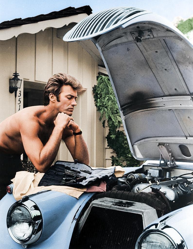 Clint Eastwood trabalhando em seu 1958 Jag XK 120 em 1960