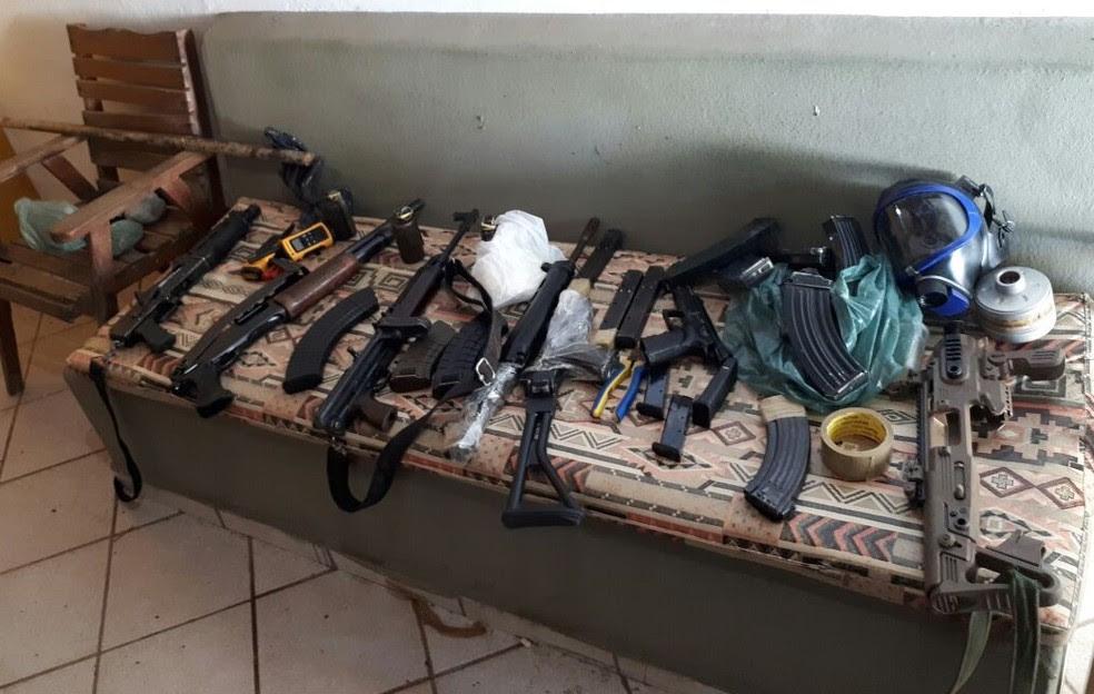 Fuzis foram encontrados em uma casa na praia de Búzios, no RN. Segundo a Polícia Civil, casa foi alugada pelo bombeiro. (Foto: Divulgação / PM)