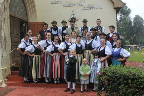 Divulgação/Acervo Rotkappen - Integrantes do Grupo Rotkappen na Erntedankfest de 2014
