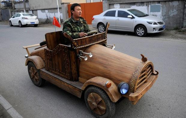 Liu Fulong criou um carro elétrico feito de madeira (Foto: China Daily/Reuters)
